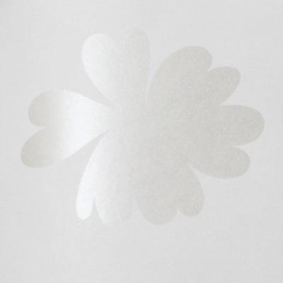 7238-1 vintage chic vlies wit met parelmoer witte bloemen  1e foto kleur 2e foto voorbeeld patroon andere kleur